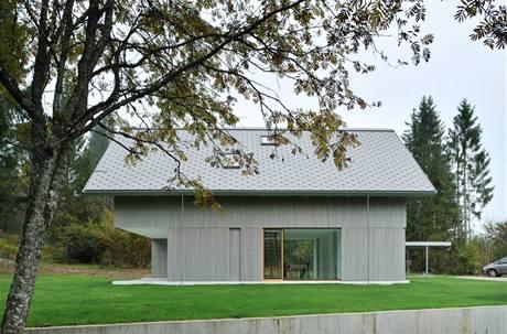 Další z dvojice pohledů. Velká okna dovolují vpustit do interiéru maximum denního světla. Pro oblast typický sklon střechy byl jednou z podmínek památkářů