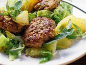 Telecí karbanátky se zelným salátem.