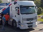 Kamion se porouchal přímo pod závorami
