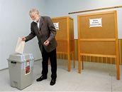 Třebíčský zastupitel Pavel Heřman volil v 10 hod v Katolickém gymnáziu. (16. října 2010)