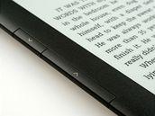 K listování slouží dvojice tlačítek na boku přístroje