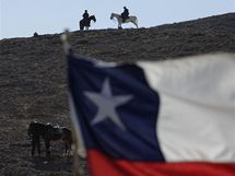 Chilská policie hlídá okolí dolu San José, kde je zavalená třicítka horníků. (11. října 2010)