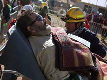 Záchranáři odvážejí 11. horníka, který se dostal ze zasypaného dolu, Jorgeho Galleguillose.