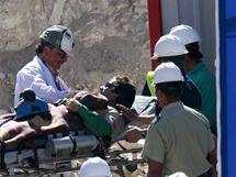 Záchranáři odvážejí horníka Yonniho Barriose. (13. října 2010)