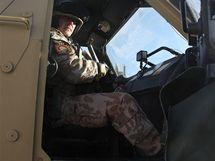 Den českého vojáka v Afghánistánu - Izy na místě velitele vozu.