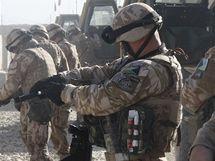 Den českého vojáka v Afghánistánu - nabíjení zbraní před patrolou.
