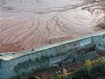 Hráz odkalovací nádrže hliníkárny MAL na západě Maďarska