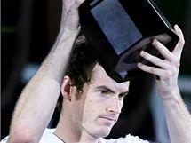 Andy Murray s trofejí pro vítěze turnaje v Šanghaji