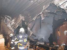 Hasiči likvidují požár v nábytkářské firmě ve Stodu