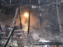 Zničená část budov nábytkářské firmy ve Stodu, kterou zachvátil požár