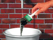 Ruce i štětec vyčistíte pod tekoucí vodou