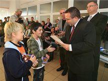 Třeťák Štefan Kotlár (vlevo) a čtvrťák Michal Hrbek zachránili život zraněné důchodkyni, jejich statečnost osobně ocenil i ministr školství Josef Dobeš.