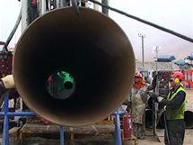 Důlní pracovníci manipulují s ocelovou výztuží do záchranné šachty (10. října 2010)