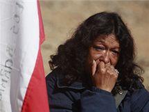 Příbuzná jednoho ze zavalených chilských havířů poté, co úřady oznámily, že záchranná šachta byla proražena až k horníkům (9. října 2010)