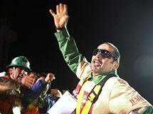 Mario Sepúlveda se zdraví se svými příbuznými poté, co byl jako druhý horník vyzvednut ze zavaleného dolu San José. (13. října 2010)