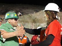 Zachráněný chilský horník Jose Ojeda se zdraví se svými příbuznými. (13. října 2010)