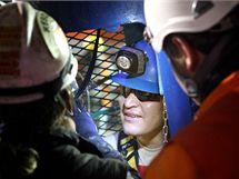 Chilský horník Osman Araya vystupuje ze záchranné klece. (13. října 2010)