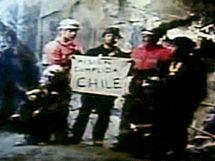 MISE SPLNĚNA. S tímto nápisem pózují záchranáři poté, co vysvobodili posledního zavaleného horníka z dolu San José. (14. října 2010)