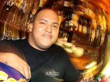 Barman Pedro z pražského baru La Casa Blů.
