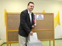 Premiér Petr Nečas (ODS) u voleb v Rožnově pod Radhoštěm. (16. října 2010)