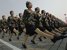Vojenská přehlídka v Pchjongjangu, které se zúčastnil severokorejský vůdce Kim Čong-il a jeho nejmladší syn a následník Kim Čong-un