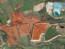 Záběr NASA na únik jedovatého kalu z nádrže v Maďarsku