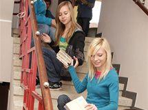 Živý řetěz stěhuje knihy v Novém Městě nad Metují