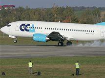 Boeing 737 přistává na letišti v Hradci Králové