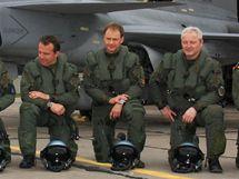 Ervín Ehm (čtvrtý zprava) o ostatními letci na cvičení v Litvě