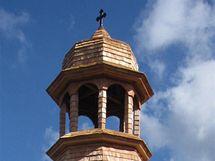 Součástí výbavy zvonice je i plně funkční zvon a oltář.