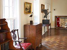 Dřevěná vykládaná podlaha s originálním geometrickým vzorem vznikla recyklací původních podlah, a spojuje tak přítomnost s minulostí.