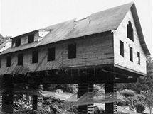 Průběh rekonstrukce - dům se zvedl o jedno podlaží