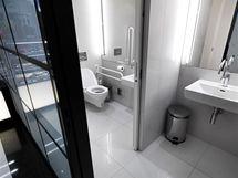 V přízemí nechybí bezbariérová toaleta s posuvnými dveřmi