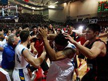 Hromadná bitka mezi čínskými a brazilskými basketbalisty během přípravného zápasu.