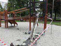 Ohořelá dětská prolézačka se skluzavkou na novém hřišti v Blanické ulici u řeky Bystřičky v Olomouci.