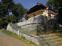 Historická vstupní budova do Mladečských jeskyní.