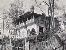 Historická fotografie vstupní budovy do Mladečských jeskyní.