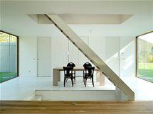 Jednoramenné schodiště prostupuje jako ústřední prvek celým domem. Majitel se později rozhodl přidat bezpečnostní zábradlí. Vestavěné pouzdrové dveře vlevo vedou do kuchyně, vpravo do zádveří