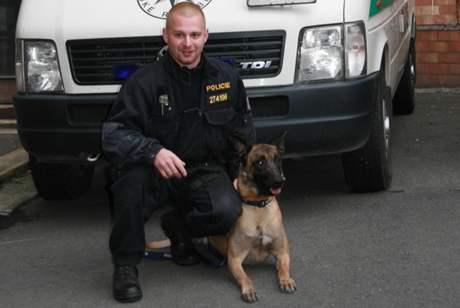 Policejní psovod Vít Heřman a belgický ovčák Denny, kteří našli ztracené dítě z kojeneckého ústavu v Plzni