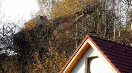 Na silnici u Stráže nad Ohří sjel bagr z korby tahače a málem se zřítil ze srázu na rodinné domy pod ním
