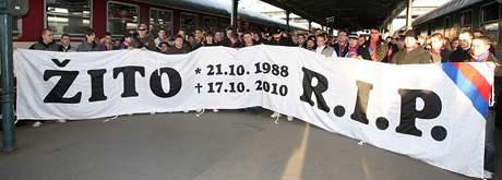 Fotbaloví fanoušci uctili před zápasem s Teplicemi na hlavním nádraží v Plzni památku svého tragicky zesnulého vůdce Petra Žitníka