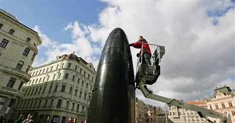 Čištění čoček na hodinách na brněnském náměstí Svobody