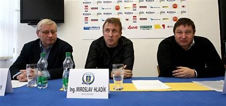 Tisková konference k odstoupení prezidenta hokejového klubu PSG Zlín Martina Janečky (na snímku zleva Miroslav Michalovský,Miroslav Hladík a Martin Janečka).