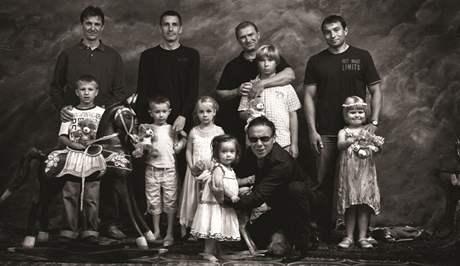 Kalendář Dukly 2011 - přední strana: Sportovci se svými potomky a Jan Saudek