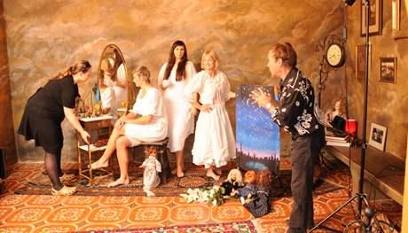 Fotograf Jan Saudek a jeho partnerka Pavla Hodková připravují Barboru Špotákovou, Lenku Maruškovou a Štěpánku Hilgertovou na focení pro kalendář Dukly 2011
