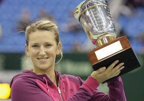 Victoria Azarenková s pohárem pro vítězku turnaje v Moskvě