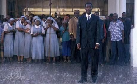Záběr z filmu Hotel Rwanda včetně herce Dona Cheadlea, který hrál Paula Rusesabaginu