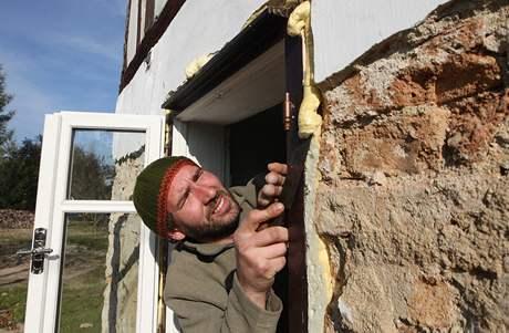Jan Štern připravuje svůj vyplavený dům na blížící se zimu.