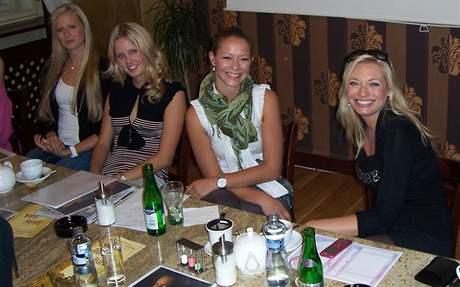 Kateřina Krejčířová (druhá zleva) na setkání missek s porotci (vpravo jedna z nich Lucie Borhyová).