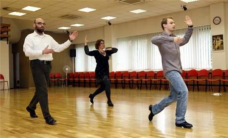 Redaktoři MF DNES Monika Binarová a Martin Rumler při nacvičování waltzu.